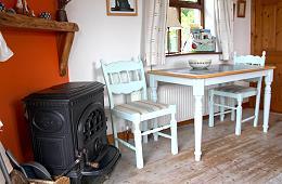La cheminée et la table de salle à manger