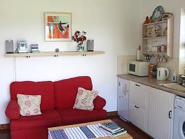 Le canapé-lit et la cuisine